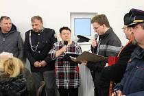 Starostka Přimdy Marie Šperková (s mikrofonem) při slavnostním otevření hasičské zbrojnice.