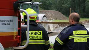 Hasiči a pracovníci plynáren zasahovali v pátek dopoledne u úniku plynu v parku v Chodové Plané