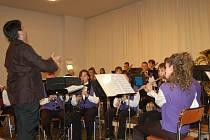 Na snímku z Jarního koncertu italští muzikanti s dirigentem Leonardem Sonnem.