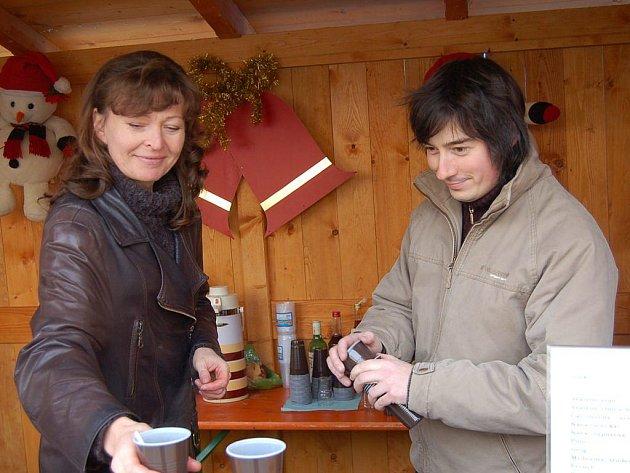 Jana Hiclová-Honzíková a Pavel Voltr nabízejí svařák.