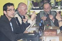 Čtrnáctý ročník soutěže v pomalém kouření dýmky se odehrál v sobotu odpoledne v Tachově.
