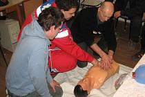 Aleš Fejl, školitel Martin Tomášek a Vojtěch Herman (zleva) při praktické ukázce záchranářského postupu.