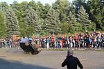 Kaskadéři řádili na autech i s motorkami