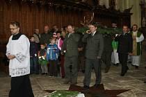 Myslivci přinesli do kostela uloveného jelena, který se stal symbolem bohoslužby.