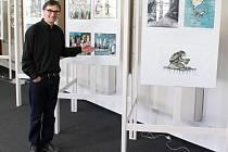 ŠIROKÁ LINKA A NAIVISMUS obrázků Neprakty imponují vedoucímu Regionálního muzea Kladrubska Pavlu Parláskovi (na snímku uprostřed současné výstavy strašidel  Jiřího Wintera Neprakty).