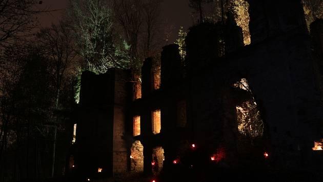 Ruiny kláštera Paulánů ozářila světla stovek svící i reflektory