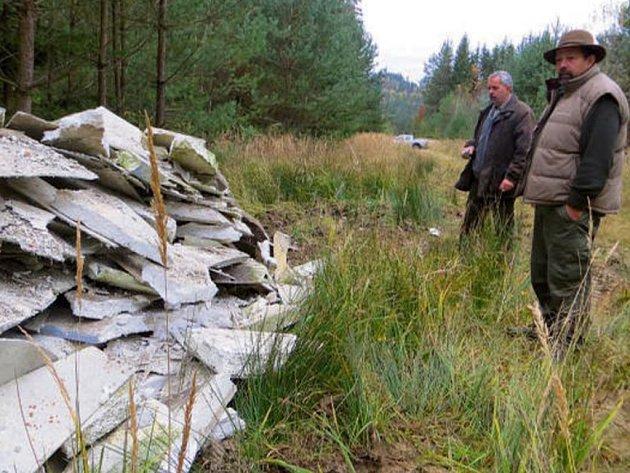 ČERNOU SKLÁDKU přišel nafotit a zmapovat i Miloš Steiner (v popředí) ze životního prostředí městského úřadu ve Stříbře.