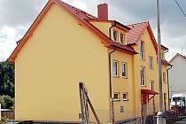 Domov najde v nové bytovce (na snímku) ve Stráži osm žadatelů. V dohledné době by měl dům vyrůst ještě jeden.