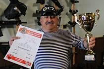 Tachovský střelec Juraj Gomolák s pohárem a diplomem za první místo v jedné z kategorií mezinárodních střeleckých závodů, které se konaly v Polsku.