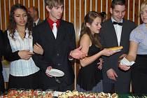 Účastníci tanečníci kurzu, který končí 9. prosince závěrečným plesem, se učili etiketě ve společnosti a u stolu.