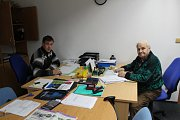 STAROSTA Karel Starý (vlevo) a místostarosta Stanislav Novák úřadují v nově vybudované kanceláři.