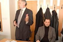 IGOR BRDLÍK (vpravo) přišel k soudu se svým obhájcem Václavem Koreckým (vlevo). Během  jednání mluvil  pouze advokát.