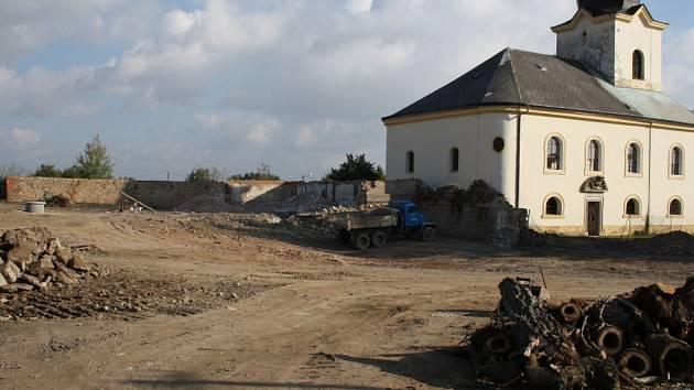 Místo, kde stával zámek po demolici, stav v úterý ráno.