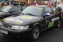 ŠESTIČLENNÁ posádka veze tři auta jako dar do Ammánu. Mají před sebou několik tisíc kilometrů.
