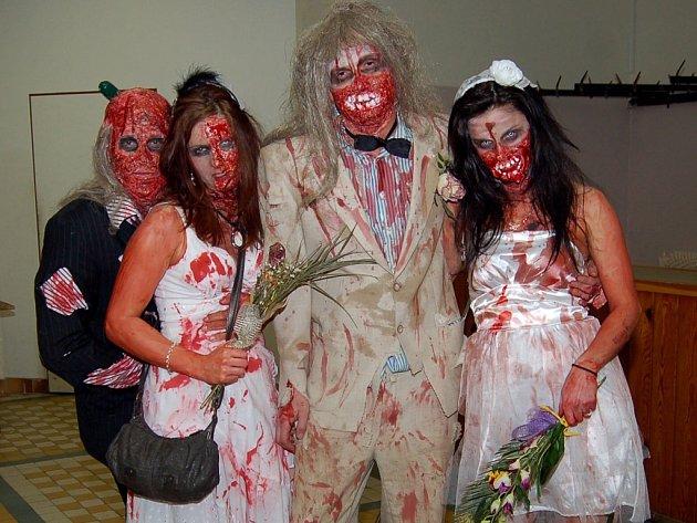 ŽENICHOVÉ si své mrtvé nevěsty nakonec vzali. Skupinová maska, která na sebe dost upozorňovala.