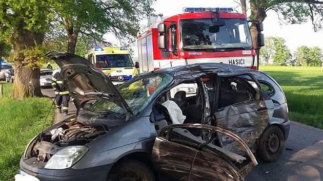 Hasiči zasahovali u dopravní nehody, při které vozidlo narazilo do stromu.