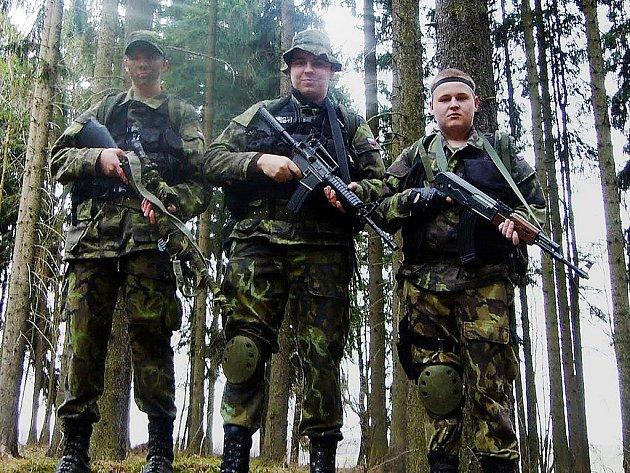 V PLNÉ VÝZBROJI. Říkají si Čtvrtá jednotka hloubkového průzkumu a hru na vojáky berou jako relaxaci a výcvik. Milan Chromý (vlevo) se army akcemi zabývá čtvrtým rokem.