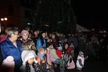 SLAVNOSTNÍ OKAMŽIK. Rozsvícení stromu na borském náměstí se počátkem prosince zúčastnily stovky obyvatel města.