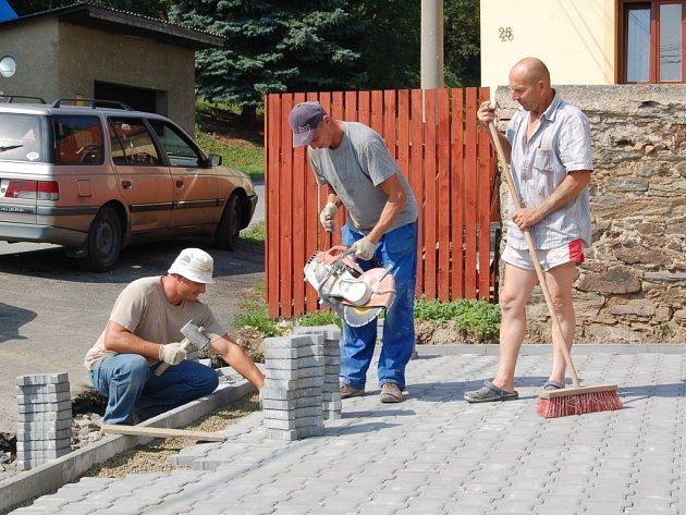 TERASU PŘED obecním úřadem a pohostinstvím dokončovali dělníci při naší návštěvě v Ošelíně. Pokračovat budou dlážděním chodníku v centru obce.