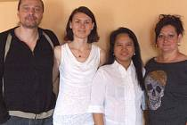 NA PŘEDNÁŠKU přijel organizátor Pavel Filipovský, překladatelka Iva Krajčová a léčitelka Estela Obrit (zleva). Pozvala je Andrea Skipalová (vpravo).