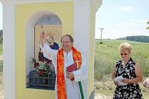 Páter Jaroslav Šašek požehnal v neděli znovuobnovené kapli v Nynkově i místním obyvatelům.