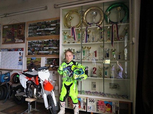 Devítiletý motokrosař ze Stříbra se stal testovacím jezdcem italské firmy.