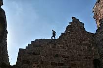 Nebezpečně uvolněné kameny upevňovali do zdiva horolezci Jakub Jaroš a Roman Charouzek. Umíchat museli speciální maltu s říčním pískem podle osvědčené receptury.