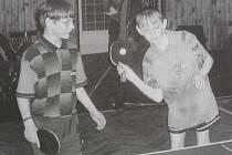 Dobová popiska: Velkým úspěchem skončily pro mladé stolní tenisty Borudva turnaje, jejichž dějištěm byla o víkendu borská sokolovna. Barvy domácích hájil v sobotu v kategorii starších žáků Pavel Hyttner a Aleš Totzauer (zleva). Ve čtyřhře se jim sice příl