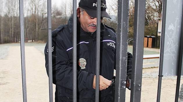 ROZHLEDNU NA VYSOKÉ  V TACHOVĚ pravidelně den co den odemykají a  zamykají strážníci tachovské městské policie. Jedním ze strážníků, který se stará o to, aby rozhledna byla včas otevřená i zavřená, je  Ladislav Daňko (na snímku).
