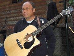 Jiří Bohuslav se svojí kytarou