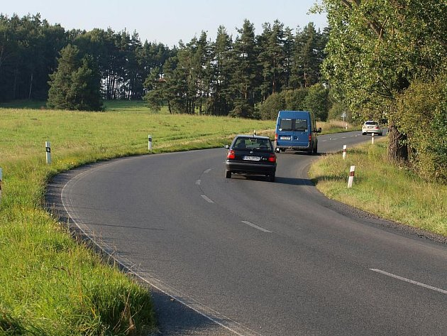 Zatáčka u Čečkovic je značená přerušovanou čárou. Není do ní ale vidět