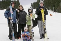 Tachováci tráví jarní prázdniny převážně na horách jako rodina Sieberova, ketrá vyrazila na lyže do Železné Rudy.