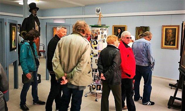 Po slavnostním zahájení výstavy Všechna sláva polní tráva si mohli návštěvníci prohlédnout vystavená díla mezi kterými rozeznávali známé obličeje některých osobností.