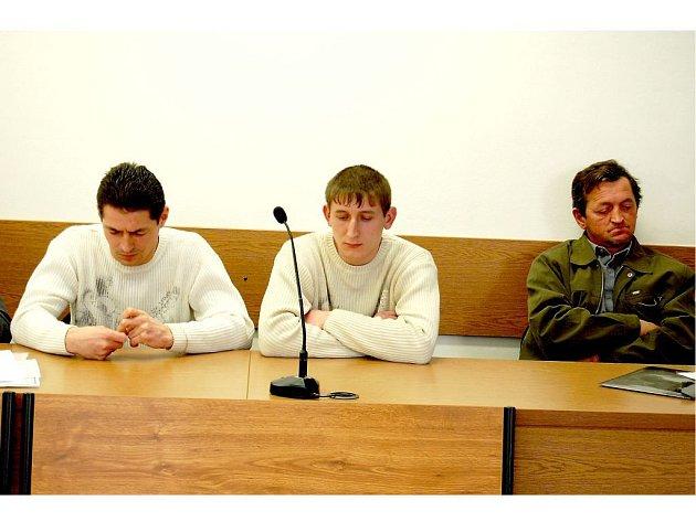 NA LAVICI OBŽALOVANÝCH  zleva Ivan Drab, Yaroslav Ihnatko a Vasil Stoyka.  V České republice pracují několik let jako montéři na stavbách.