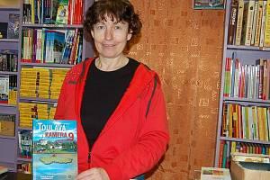 Stanislava Kollerová, provozovatelka stříbrského knihkupectví, ukazuje jednu z nejprodávanějších knih.