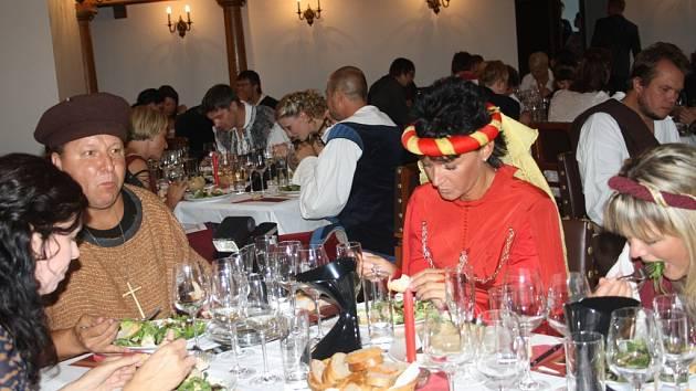VĚTŠINA lidí přišla na degustaci v historických kostýmech.