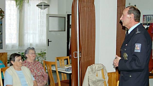 Tachovská policie uspořádala s důchodci besedu, kde jim dávala rady, jak se nestát obětmi podvodníků.