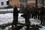 Myslivecký hospodář Jiří Frič předává zálomek úspěšnému střelci Antonínu Jeřábkovi ( vpravo)