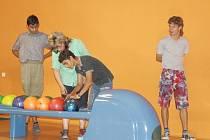 Klienti milířského Domova pro osoby se zdravotním postižením si zahráli bowling.
