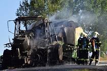 U Kladrub shořel traktor s lisem na balíky