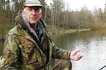V pondělí Rostislavu Macíkovi ryby braly.  Na sníku přeměřuje chyceného kapra, který  měl 47 centimetrů, a tak neputoval zpět do Pivovarského rybníka.