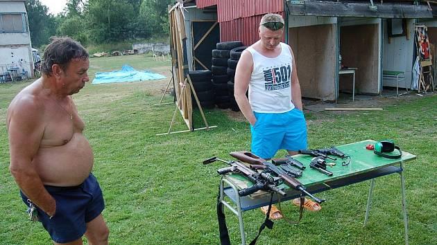 Den otevřených dveří uspořádal v sobotu odpoledne Klub vojáků v záloze Tachov B na střelnici U Plynáren.