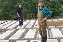 Starosta Jan Terela (na snímku) stojí na střeše, kde se ještě před pár dny dokončovaly práce na armování stropních konstrukcí. V pondělí už přijdou tesaři, a začnou montovat nařezané krovy.