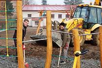 POSLEDNÍ ÚPRAVY. Dělníci stavební firmy Dezider Vekoň a Karel Kalný právě dokončují úpravu povrchu pod herními prvky na dětském hřišti v Lestkově.