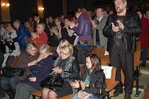 Lidé při vzpomínkovém večeru zatleskali Jiřímu Kalašovi vstoje.