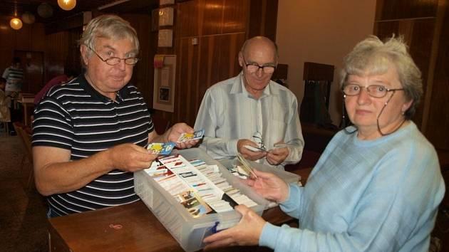 KAREL PÝCHA, VLADISLAV DLOUHÝ (uprostřed) a Marie Jindrová na burze kalendáříků.
