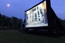 Projekční nafukovací pláno, které bude použito při projekci v zámeckém parku v Chodové Plané.