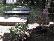 Za Kostelem sv. Anny v Plané je malý hřbitov, kde odpočívají předci plánské rodačky  Mathildy Nostitzové. Teď místo obnovují dobrovolníci z Plané.