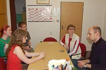 PETR KŘÍŽEK (vpravo) vypráví své semifinálové zážitky studentům Zdeňce Valečkové, Magdaleně Hankové, Jakubu Hiclovi a ředitelce tachovského gymnázia Ireně Jirotkové.