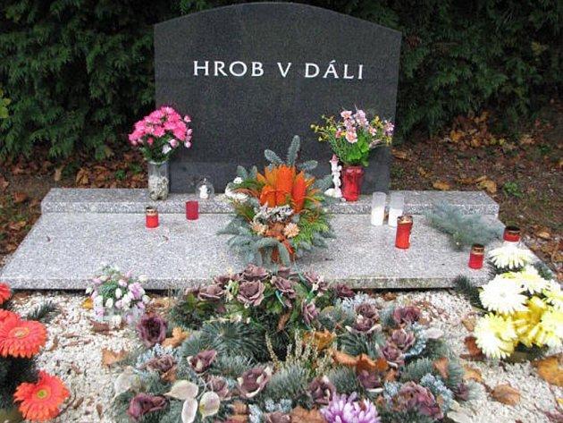 KVĚTINY, košíčky, další květinové vazby, svíčky  – to vše nechávají lidé na Hrobě v dáli. Ten je touto dobou úplně obsypán dary.